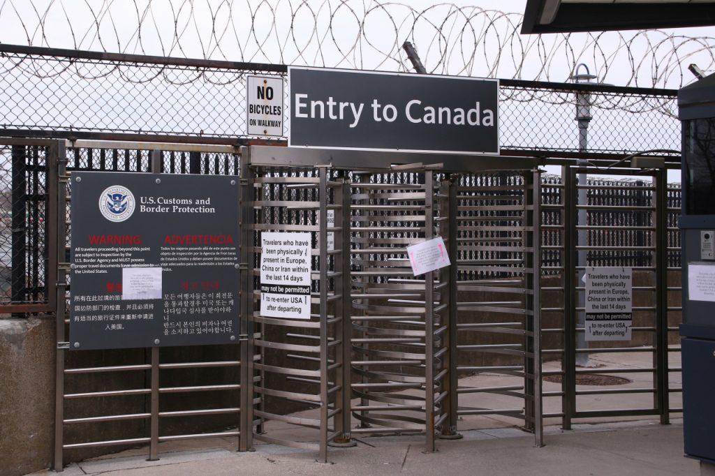 Canada hạn chế đi lại