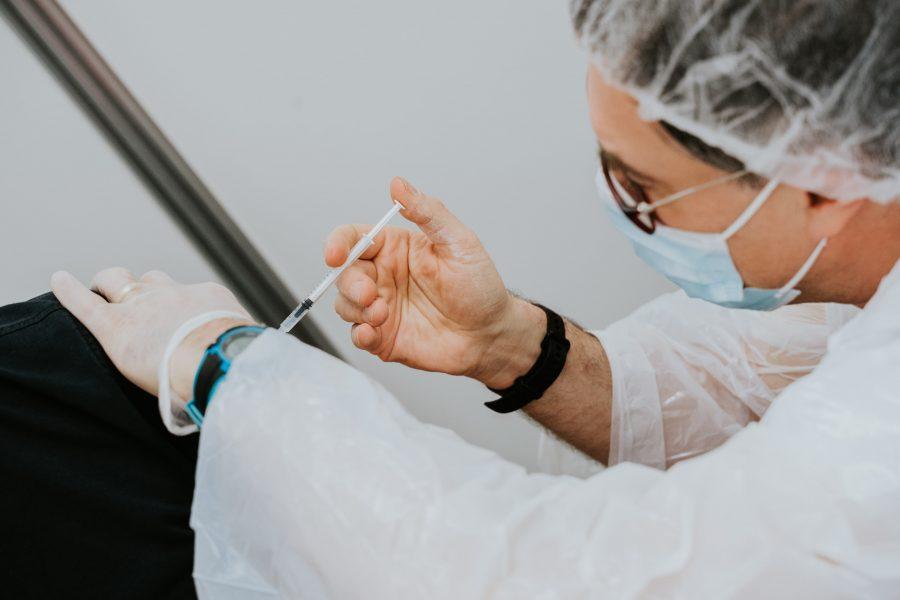 tiêm ngừa vaccine phòng chống việc gia tăng ca covid mới tại BC