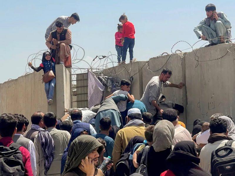 Tình hình Afghanistan hỗn loạn, người dân tìm cách bỏ chạy