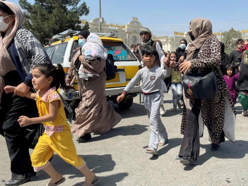 Phụ nữ và trẻ em chạy ra sân bay Kabul vào thứ 2