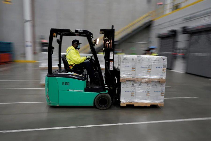 Các hộp chứa vắc-xin Pfizer-BioNTech COVID-19 chuẩn bị được vận chuyển tại nhà máy sản xuất Kalamazoo của Pfizer Global Supply ở Portage, Mich., Vào tháng 12 năm 2020.