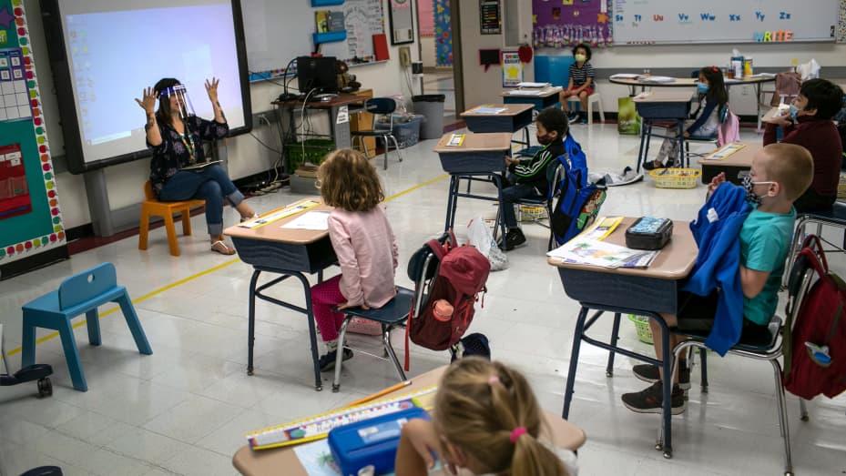 Kiến nghị lệnh bắt buộc tiêm chủng cho giáo viên tại Canada