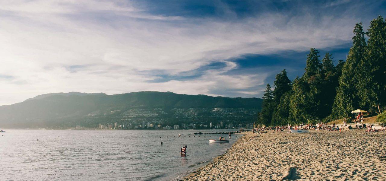 người dân tỉnh BC kéo nhau ra bãi biển để có thể giải tỏa sự nắng nóng kỉ lục của thời tiết canada